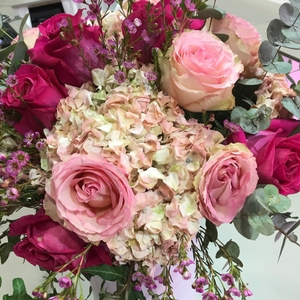 ramo de flores con rosas en tonos rosas